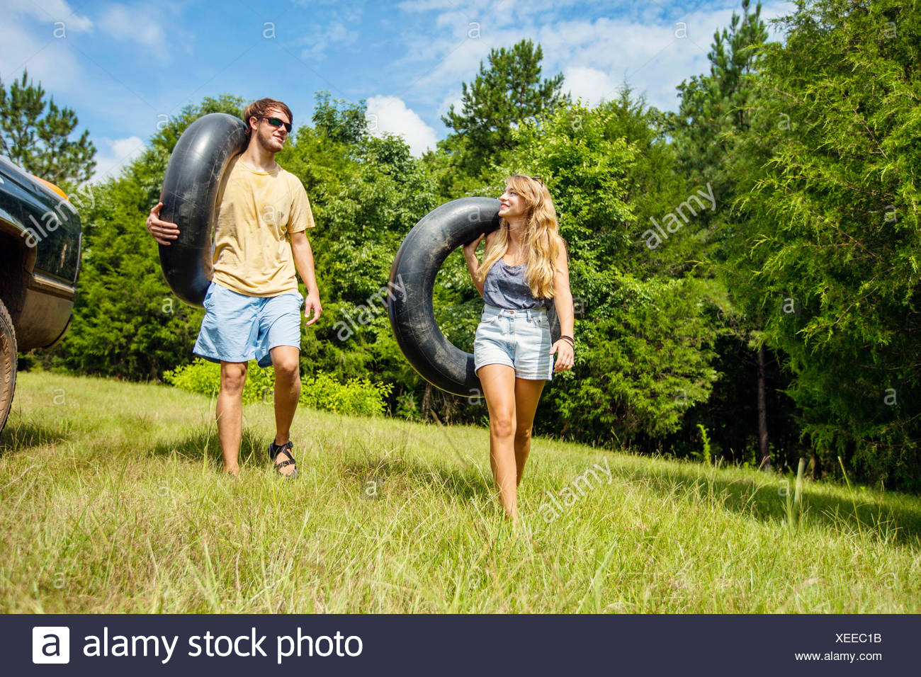 Un jeune couple s'apprête à le tuyau le long d'une rivière. Photo Stock