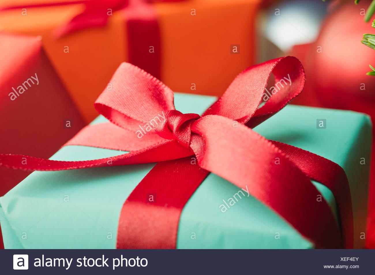 Enveloppé de fête cadeau de Noël, close-up Photo Stock