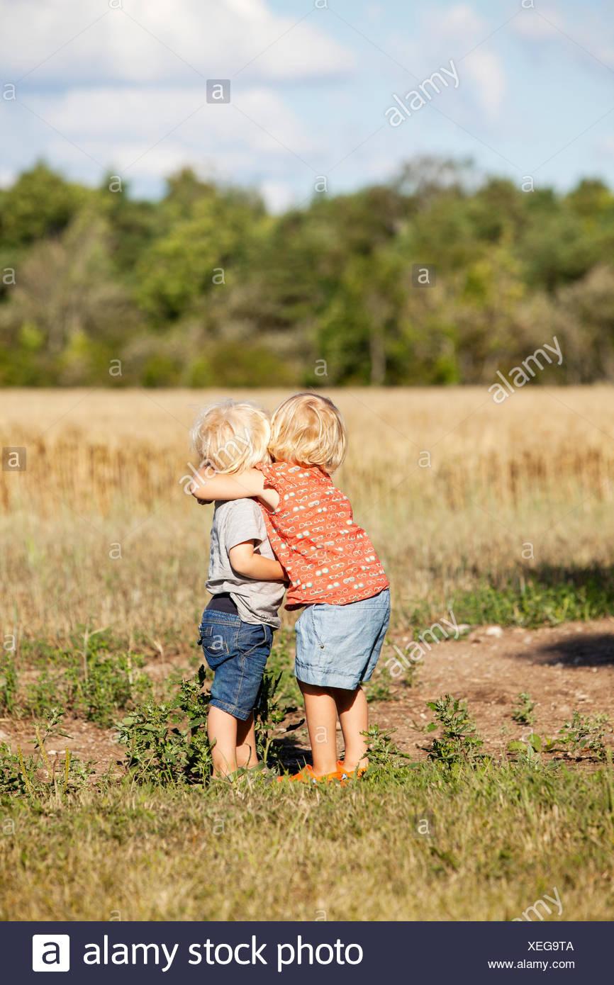 La Suède, Gotland, Havdhem, Boy and girl (2-3) hugging Banque D'Images