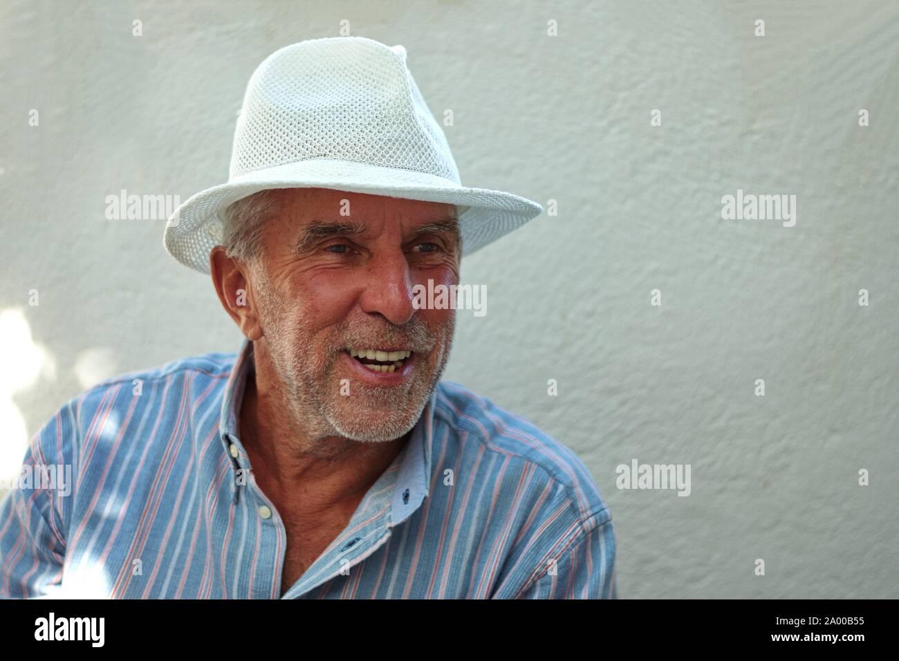 Vita ritratto di un uomo anziano con un cappello Foto Stock