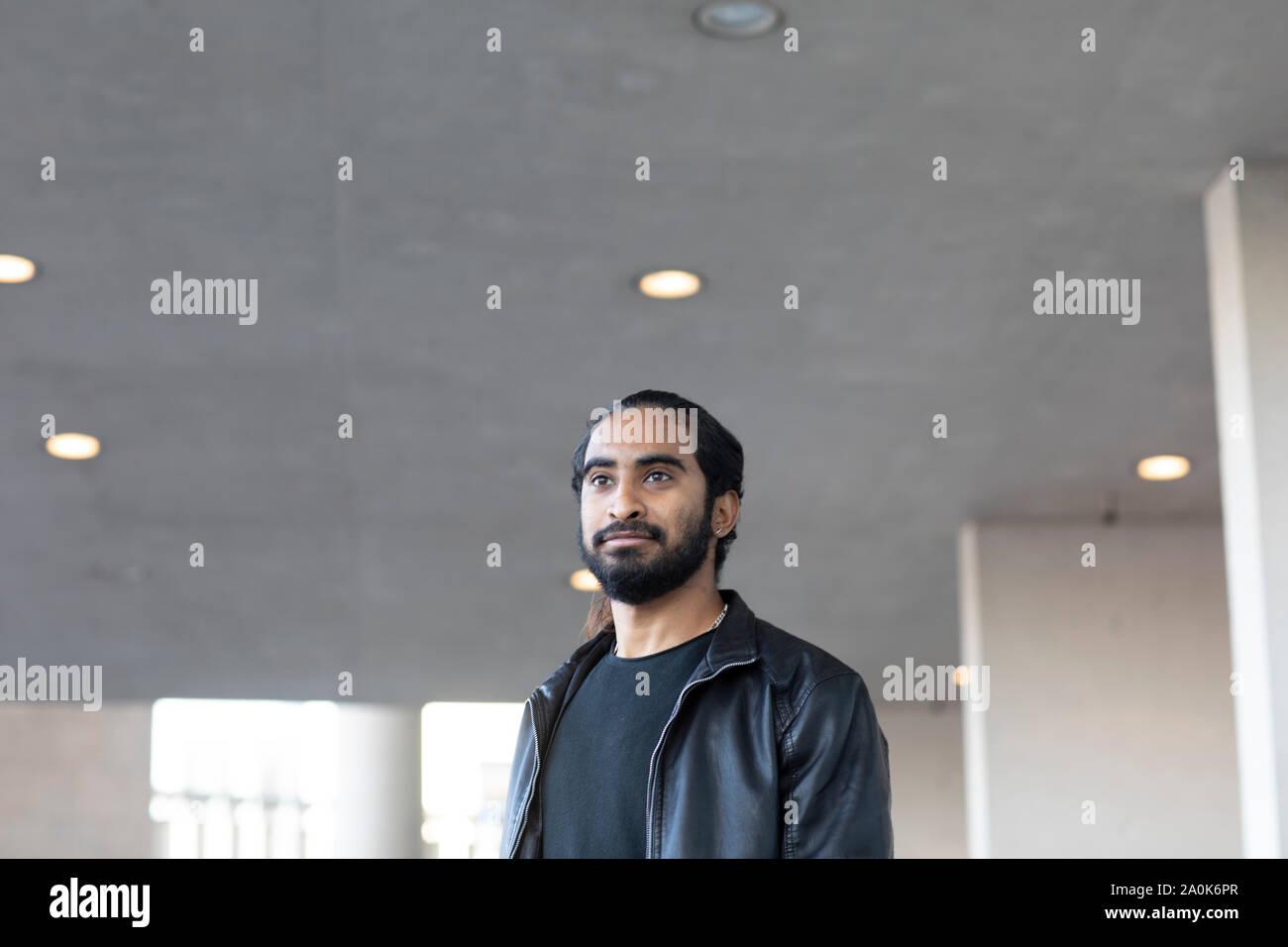 Giovane uomo a camminare sotto un soffitto Foto Stock