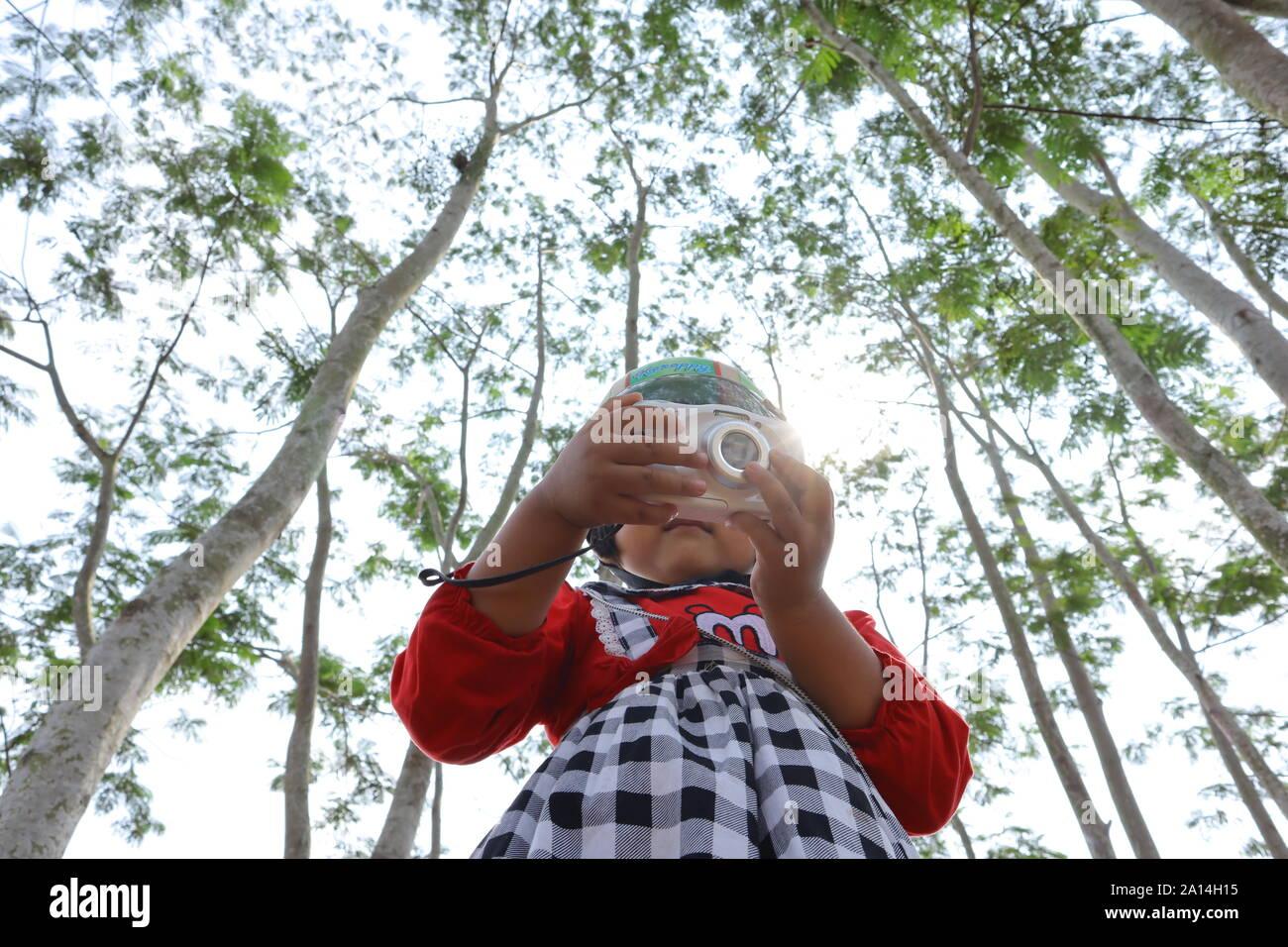 La foto di un bambino con una telecamera, la tecnologia è sempre più facile per allli Foto Stock