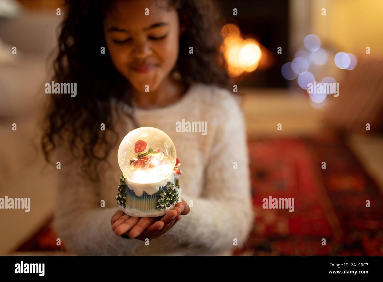 Ragazza a casa al tempo di Natale Foto Stock
