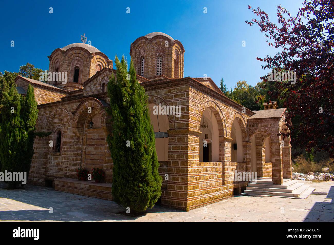 Bella chiesa di San Dionysos su una soleggiata giornata estiva in Litchoro, Bulgaria Foto Stock