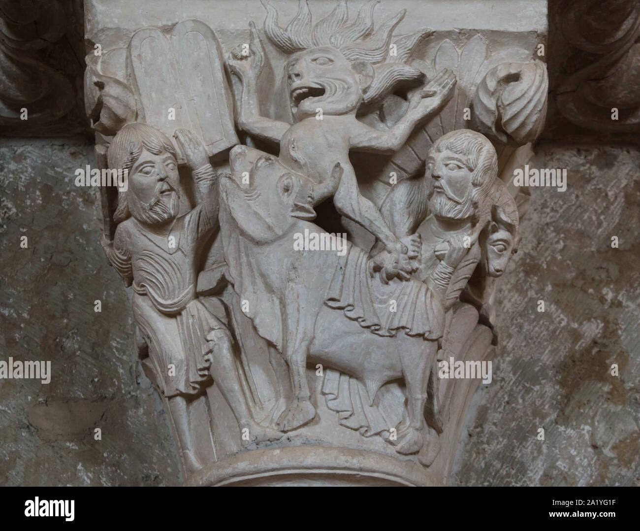 Mosè e il vitello d'oro rappresentato nel capitello romanico risale al xii secolo nella basilica di Santa Maria Maddalena (Basilique Sainte-Marie-Madeleine de Vézelay) di Vézelay Abbey (Abbaye Sainte-Marie-Madeleine de Vézelay) in Vézelay, Borgogna, Francia. Sul Monte Sinai Mosè scopre il suo popolo in adorazione di un idolo del vitello d'oro. Sulla sinistra Mosè contiene fino le tavole del Decalogo e solleva un bastone per distruggere l'idolo, mentre un demone balza fuori dal vitello bocca. Sulla destra un ebreo porta un ariete per il sacrificio. Foto Stock