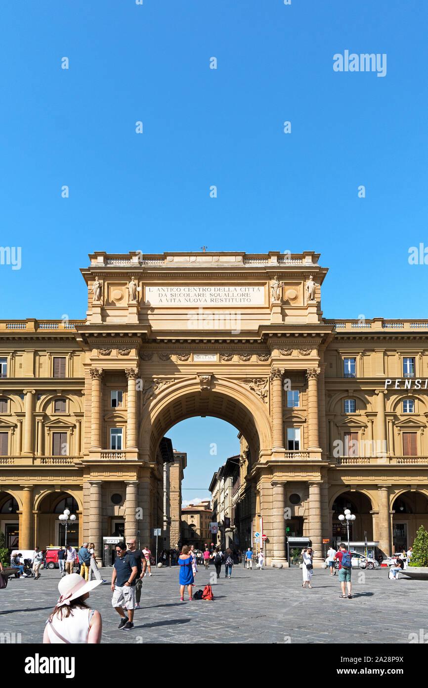 L'arco di trionfo all'entrata di piazza della repubblica nella città di Firenze, Toscana, Italia Foto Stock