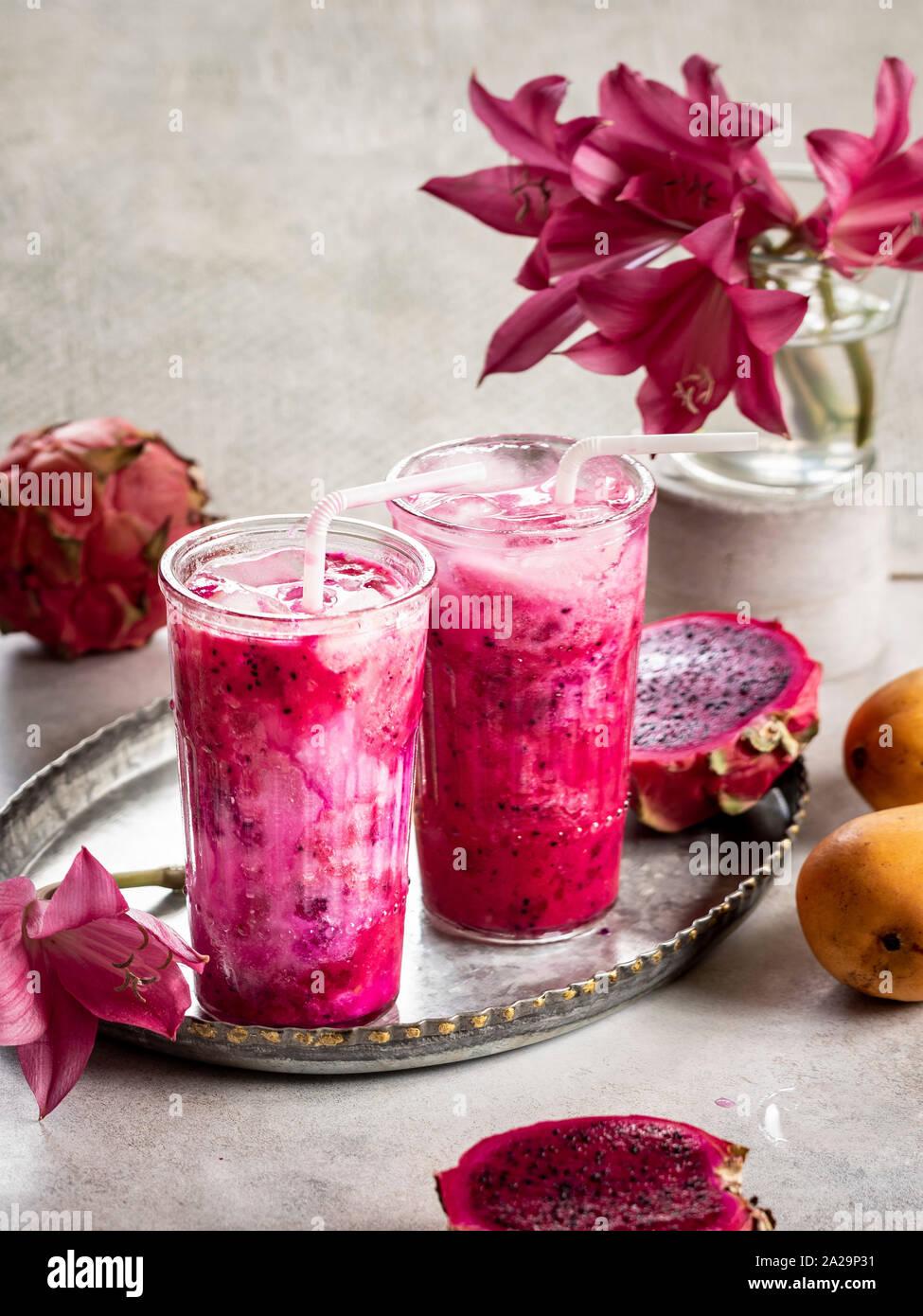 Drago di mango frullato di frutta con latte di cocco sul tavolo Foto Stock