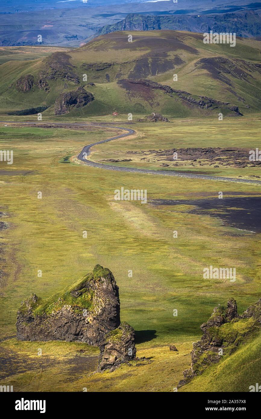 Splendido paesaggio verde come si vede da Dyrhólaey, Islanda Foto Stock
