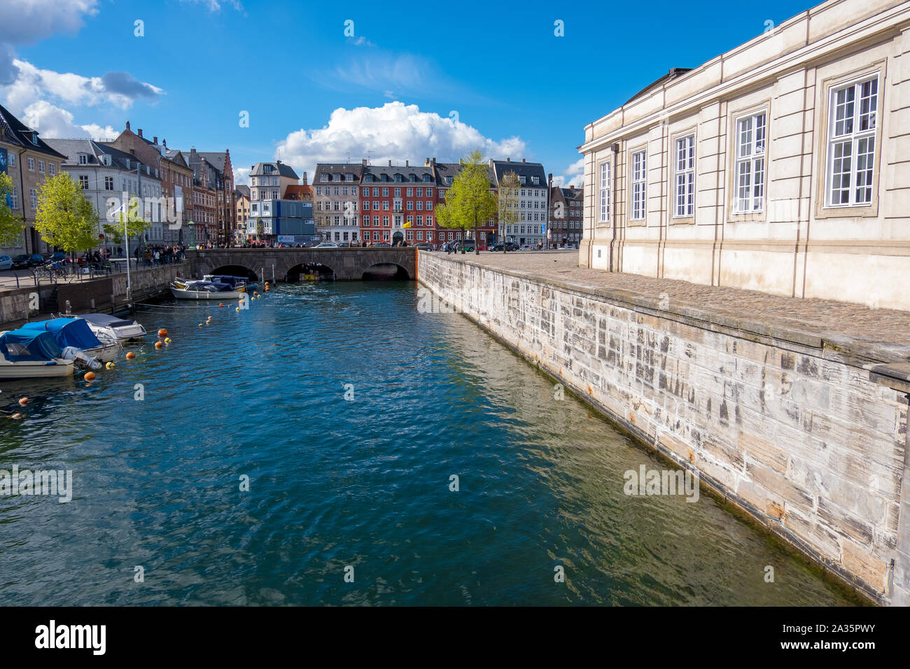 Copenhagen, Danimarca - 04 Maggio 2019: vista del Canal Grande e con barche e Ponte Vecchio nel centro storico della città di Copenhagen, Danimarca Foto Stock