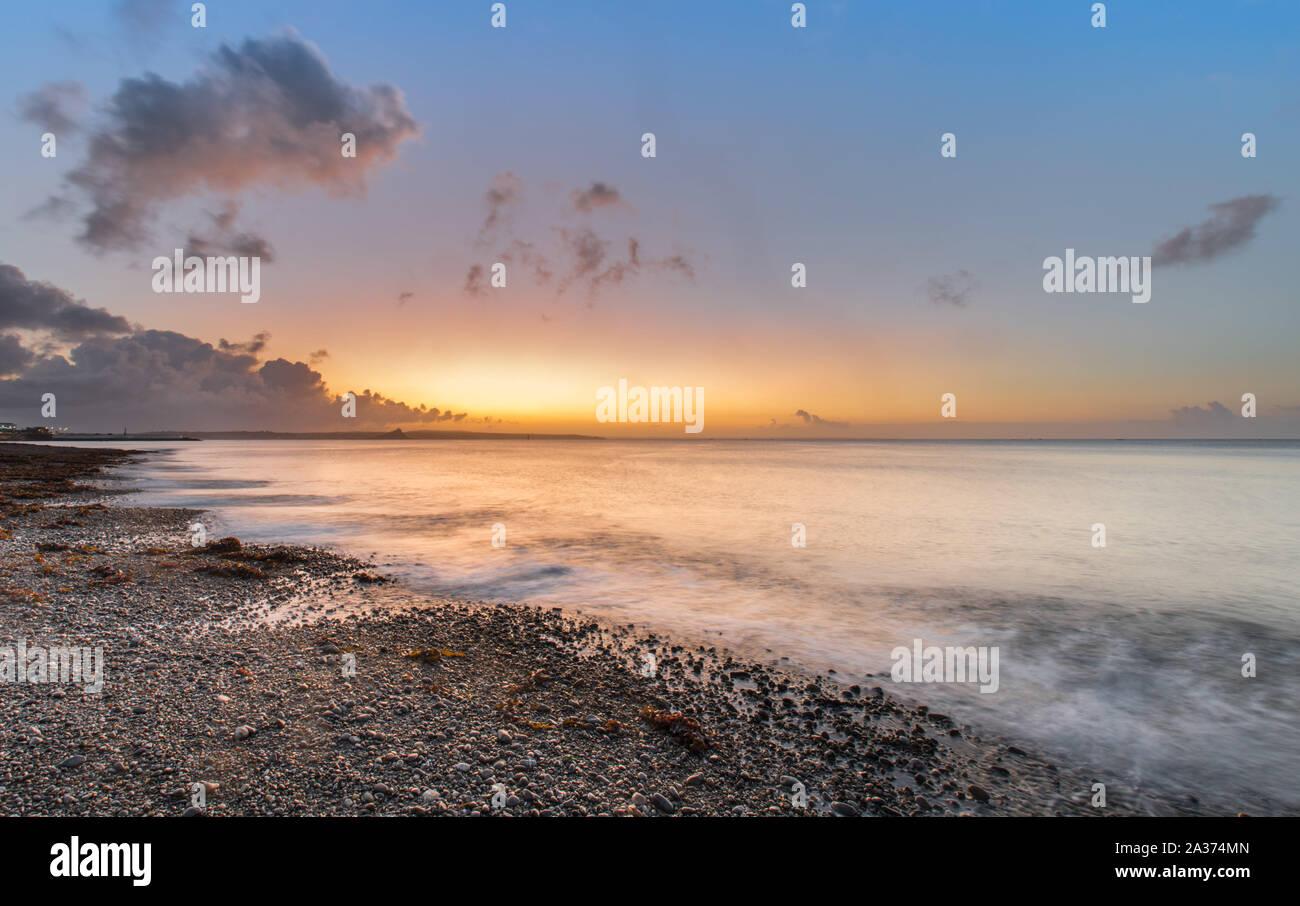 Penzance, Cornwall, Regno Unito. Il 6 ottobre 2019. Regno Unito Meteo. Sunrise a Penzance. Simon credito Maycock / Alamy Live News. Foto Stock