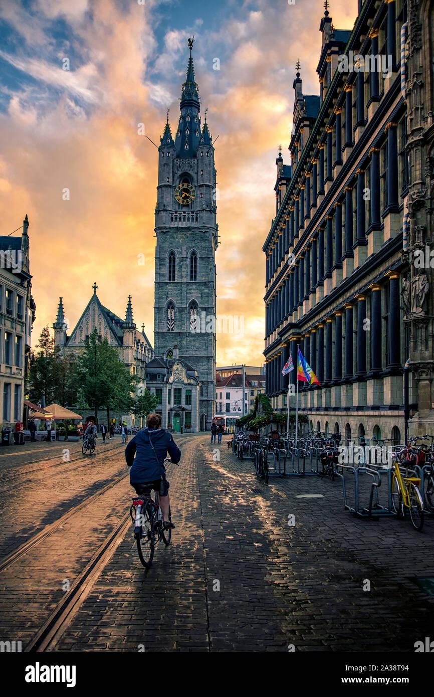 Un ciclista sta andando a Mammelokker. Questo edificio che fu una volta una prigione della città, il centro storico di Gand, la regione delle Fiandre, in Belgio Foto Stock