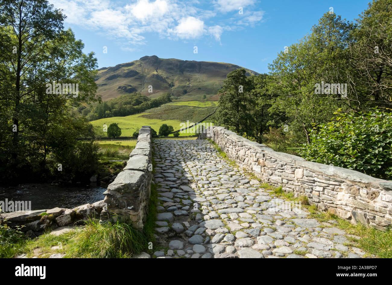 New Bridge attraverso il fiume Derwent sulla Cumbria Way Walk Rosshwaite Borrowdale Lake District National Park Cumbria Inghilterra Regno Unito Gran Bretagna Foto Stock