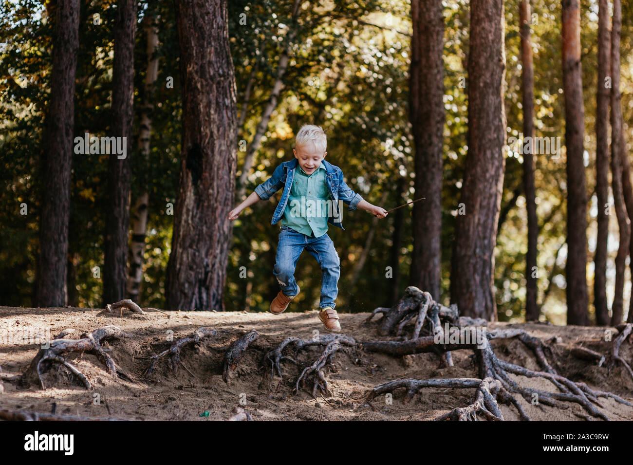Ritratto emotivo di una felice e allegro ragazzino, acceso dopo un amico ridere mentre si gioca su una passeggiata nel parco. Infanzia felice. Durante l'estate. La vacanza estiva. Emozioni positive e di energia. Foto Stock