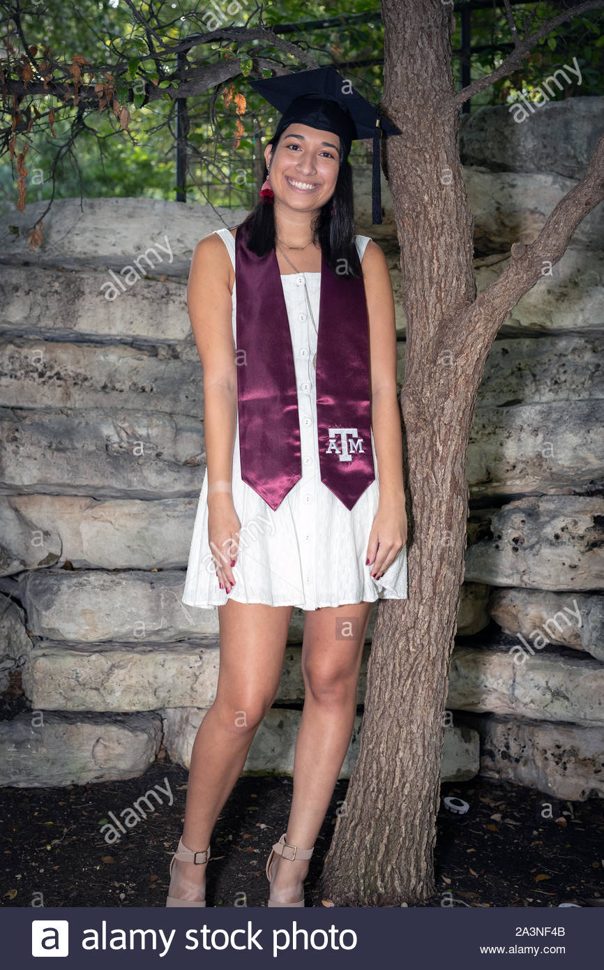 Giovane ragazza College festeggia la sua laurea dall'Università Foto Stock