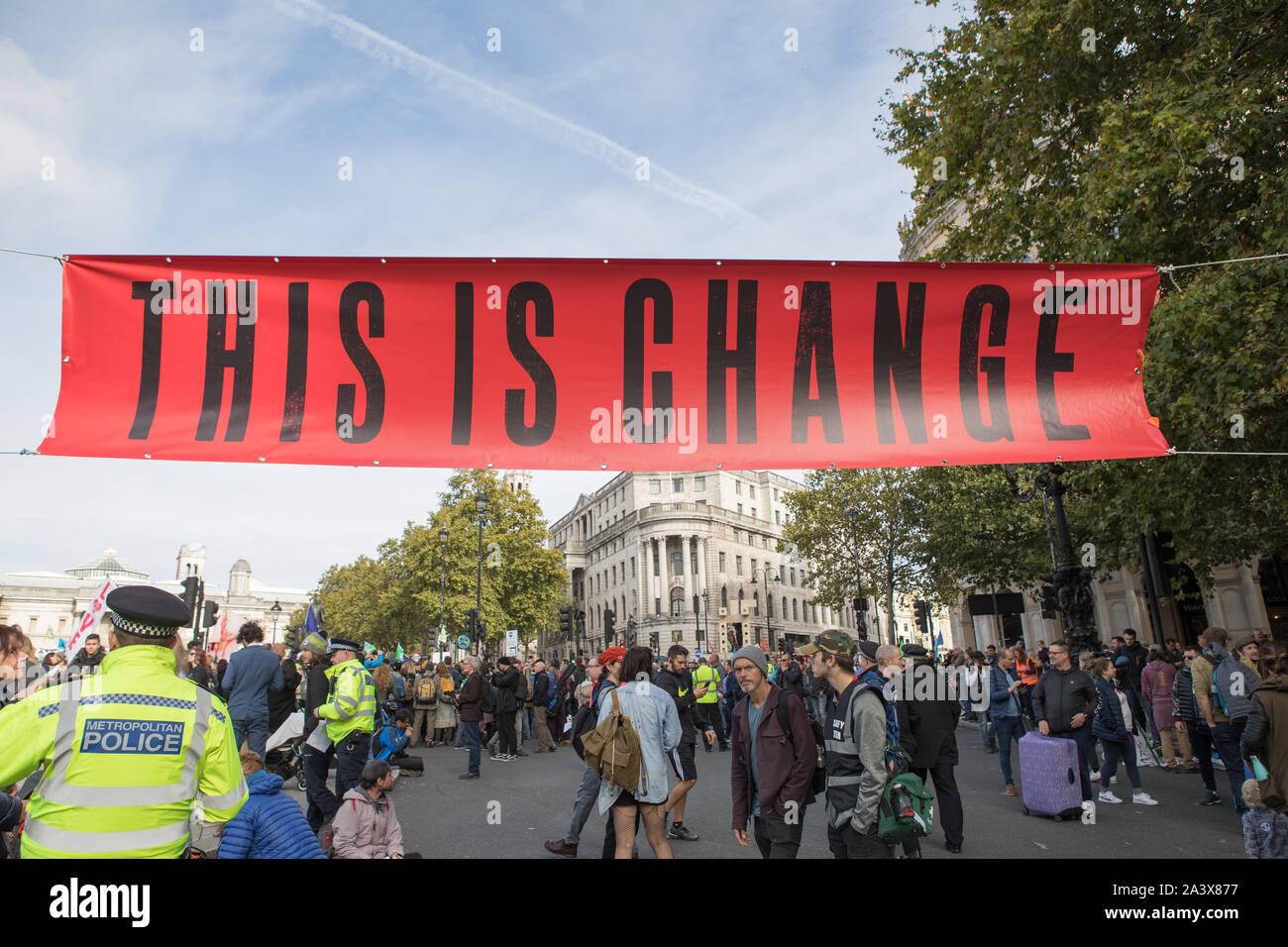 Westminster, Londra, Regno Unito. Il 10 ottobre 2019. Gli attivisti ambientali estinzione della ribellione hanno iniziato due settimane proteste dal 7 al 20 Ottobre a e intorno a Londra per dimostrare contro il cambiamento climatico. I manifestanti in Trafalgar Square e richiedono una decisa azione dal governo del Regno Unito la globale crisi ambientale. Foto Stock