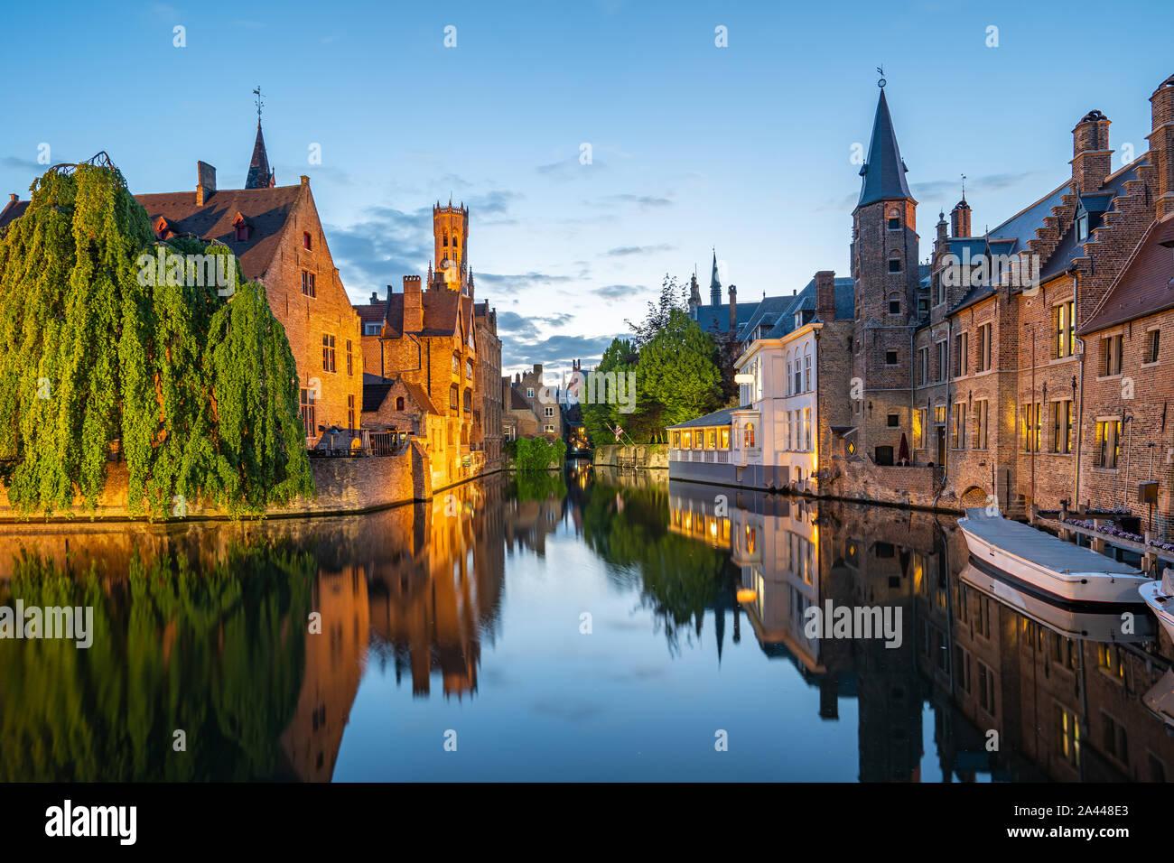 Bruges skyline con vecchi edifici al crepuscolo in Bruges, Belgio. Foto Stock