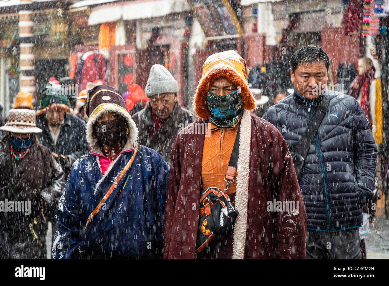 Lhasa, Cina - 26 dicembre 2018: buddisti tibetani devoti eseguire una kora intorno il tempio del Jokhang lungo Barkhor street in Lhasa città vecchia in Tibet Foto Stock