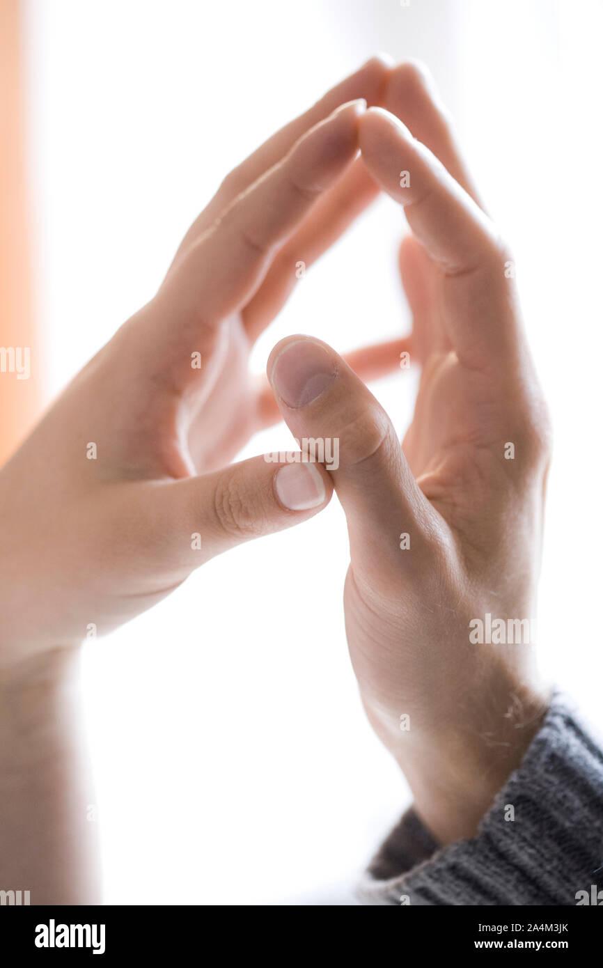 Coppia di mani toccano Foto Stock