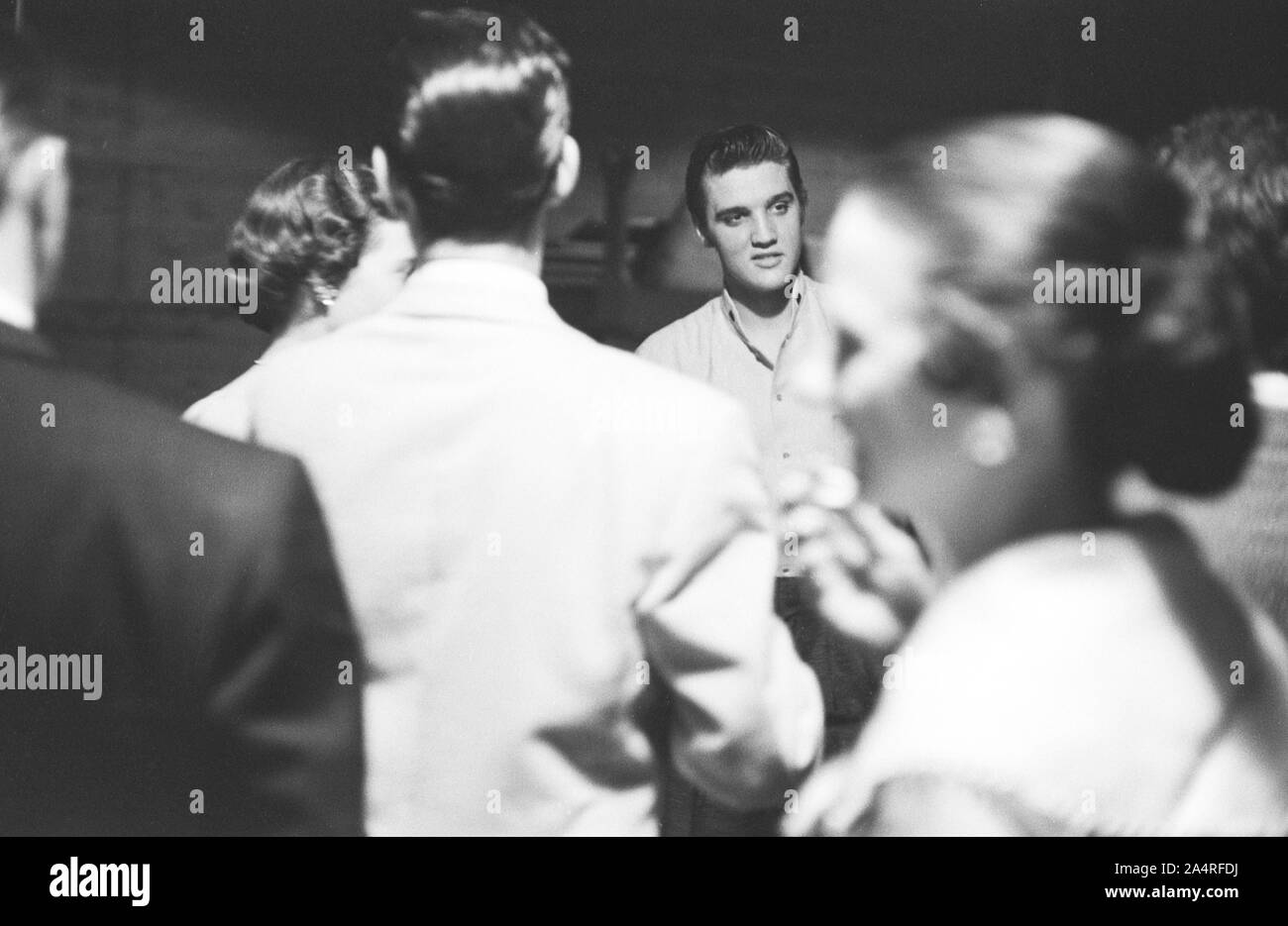 Elvis Presley backstage con ventole presso la University of Dayton Fieldhouse, 27 maggio, 1956. Foto Stock