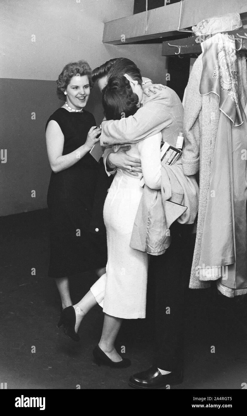 Elvis Presley parlando con ventole a un adulto parte dopo il suo spettacolo al Teatro Fox, Detroit, Michigan, il 25 maggio 1956. Foto Stock