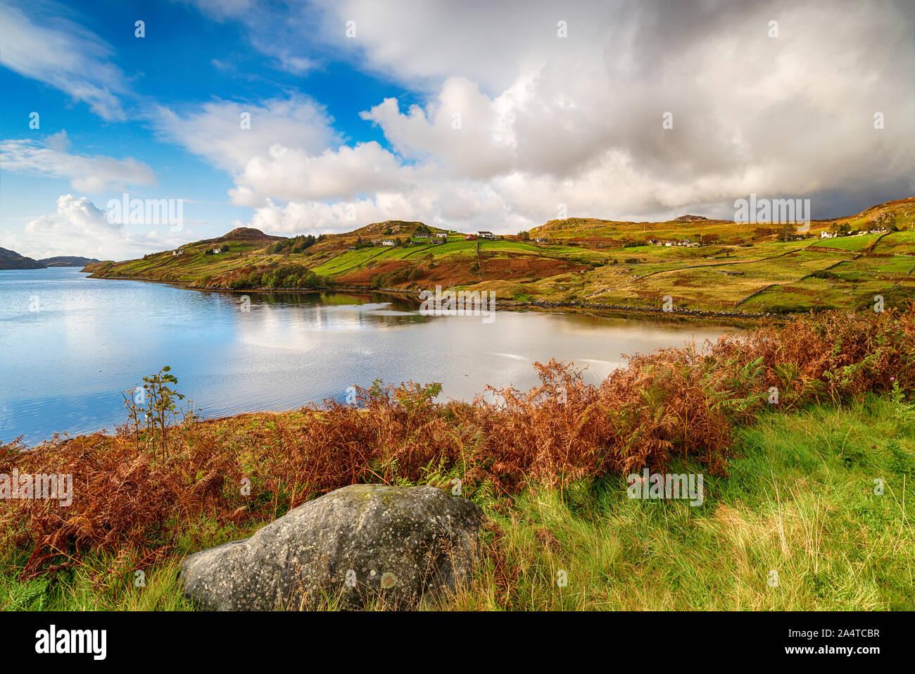 Guardando fuori sopra Loch inchard ammantata di Autmun colore a kinlochbervie nelle Highlands della Scozia e una sosta popolare sul NC500 percorso turistico Foto Stock