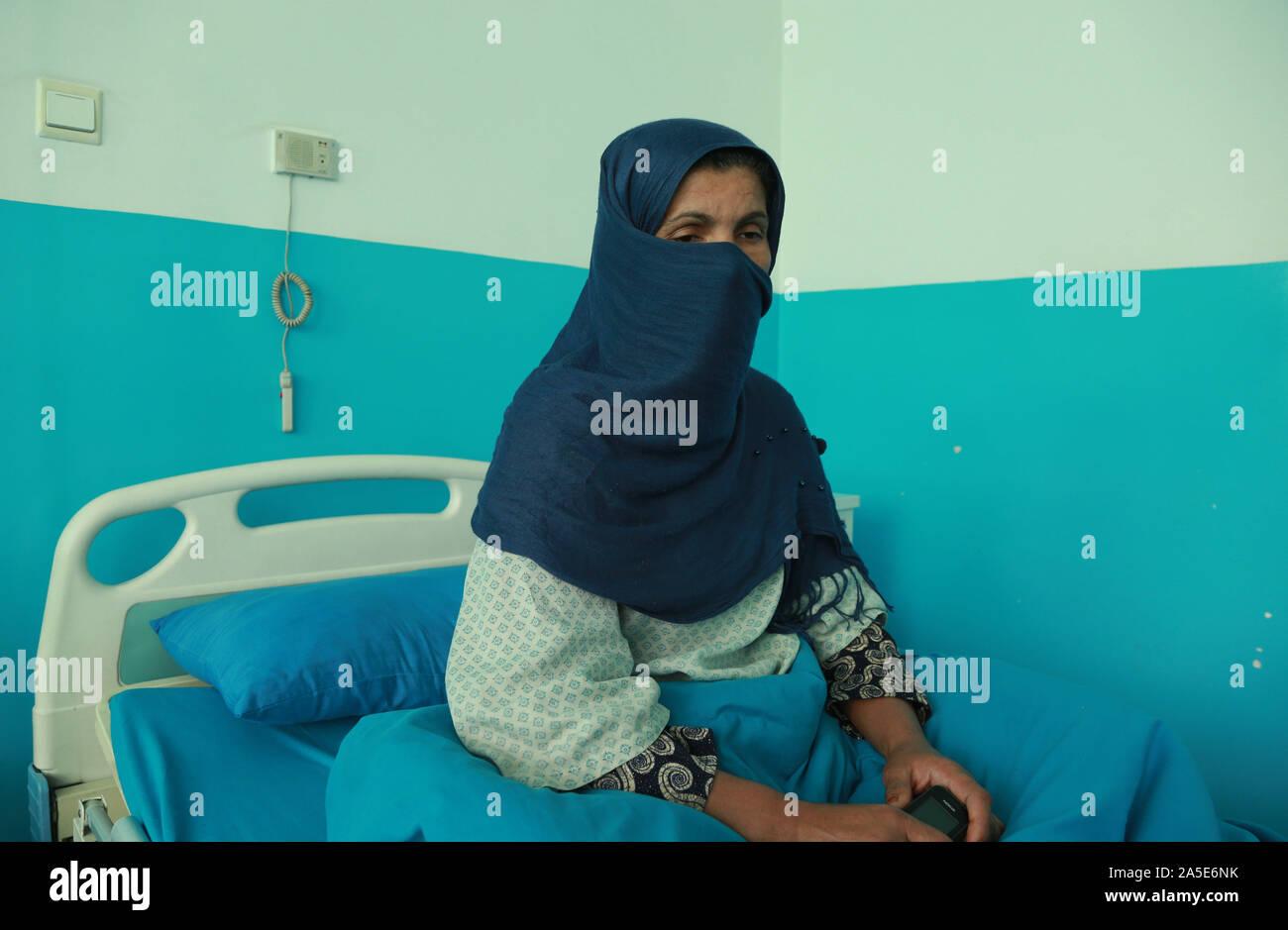 (191020) -- KABUL, 20 ott. 2019 (Xinhua) -- Razia, una donna afghana di 38 chi soffre di cancro al seno, è visto in un National Cancer Center a Kabul, capitale dell'Afghanistan, Ottobre 19, 2019. Alcuni 60.000 donne afghane sono riferito lo sviluppo del tumore al seno ogni anno, soprattutto nella capitale Kabul, un privato carta inglese Daily Outlook Afghanistan, riportato su 13 Ottobre. (Xinhua/Rahmatullah Alizadah) Foto Stock