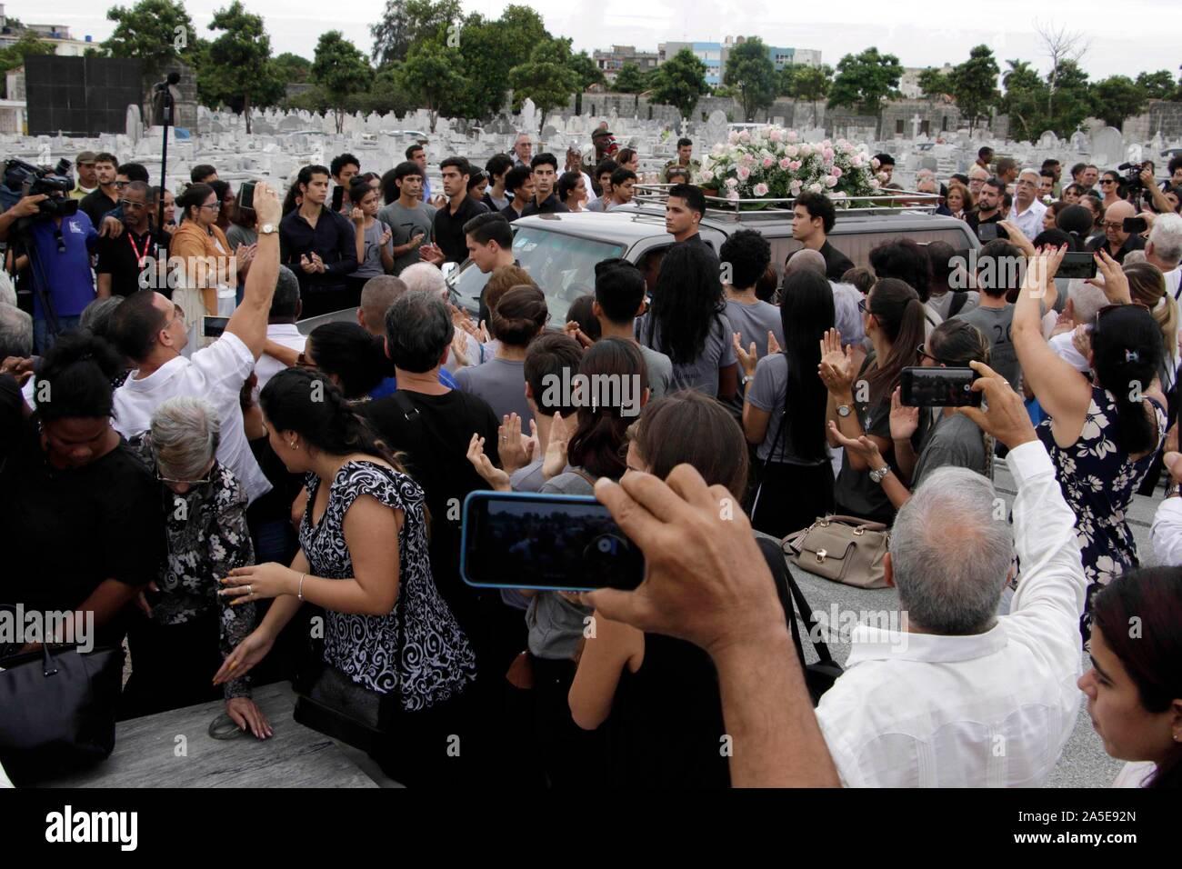 """(191020) -- L'AVANA, 20 ott. 2019 (Xinhua) -- Il funebre di Cuba il prima ballerina Alicia Alonso arriva presso il cimitero di Colon a l'Avana, Cuba, Ott. 19, 2019. Oltre 20.000 i cubani ha detto addio il sabato alla famosa ballerina Alicia Alonso, morto due giorni fa in età di 98. Persone hanno pagato rispetto finale di Alonso a l'Avana del Grand Theatre """" Alicia Alonso' che è chiamato dopo la ballerina e coreografa per evidenziare il suo contributo per il cubano di arte e cultura. (Foto di Joaquin Hernandez/Xinhua) Foto Stock"""