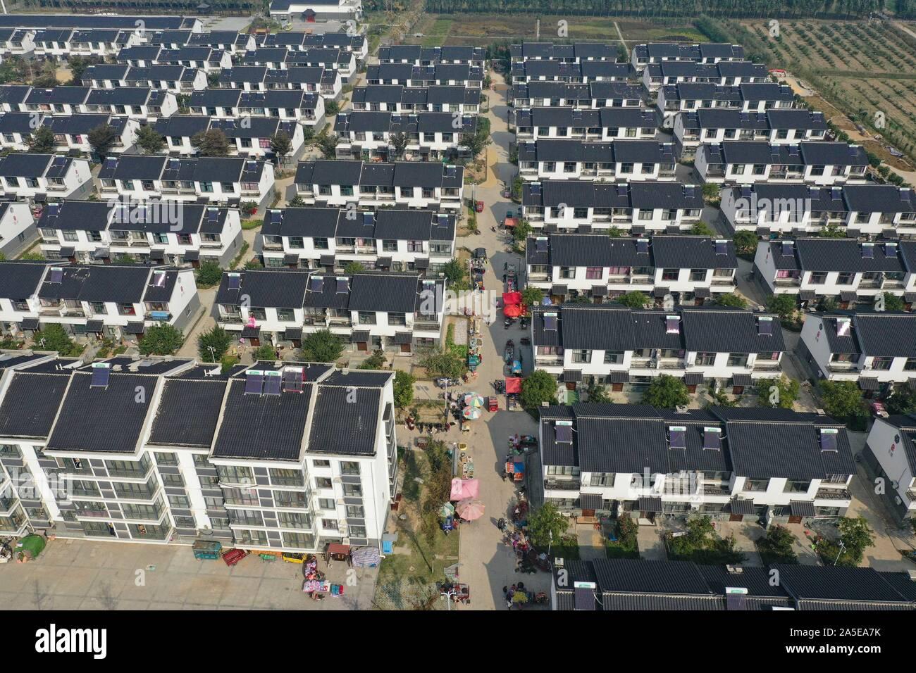 (191020) -- SUINING, 20 ott. 2019 (Xinhua) -- Foto aeree prese su 20 ott. 2019 mostra Gaodang villaggio della contea di Suining nella città di Xuzhou, est cinese della provincia di Jiangsu. Villaggio Gaodang ha in questi ultimi anni è stato impegnato per la regolazione delle strutture industriali e lo sviluppo di e-commerce e il turismo rurale industrie. Il reddito pro capite degli abitanti dei villaggi ha raggiunto 19,670 yuan (circa 2,778 dollari) nel 2018. (Xinhua/Ji Chunpeng) Foto Stock