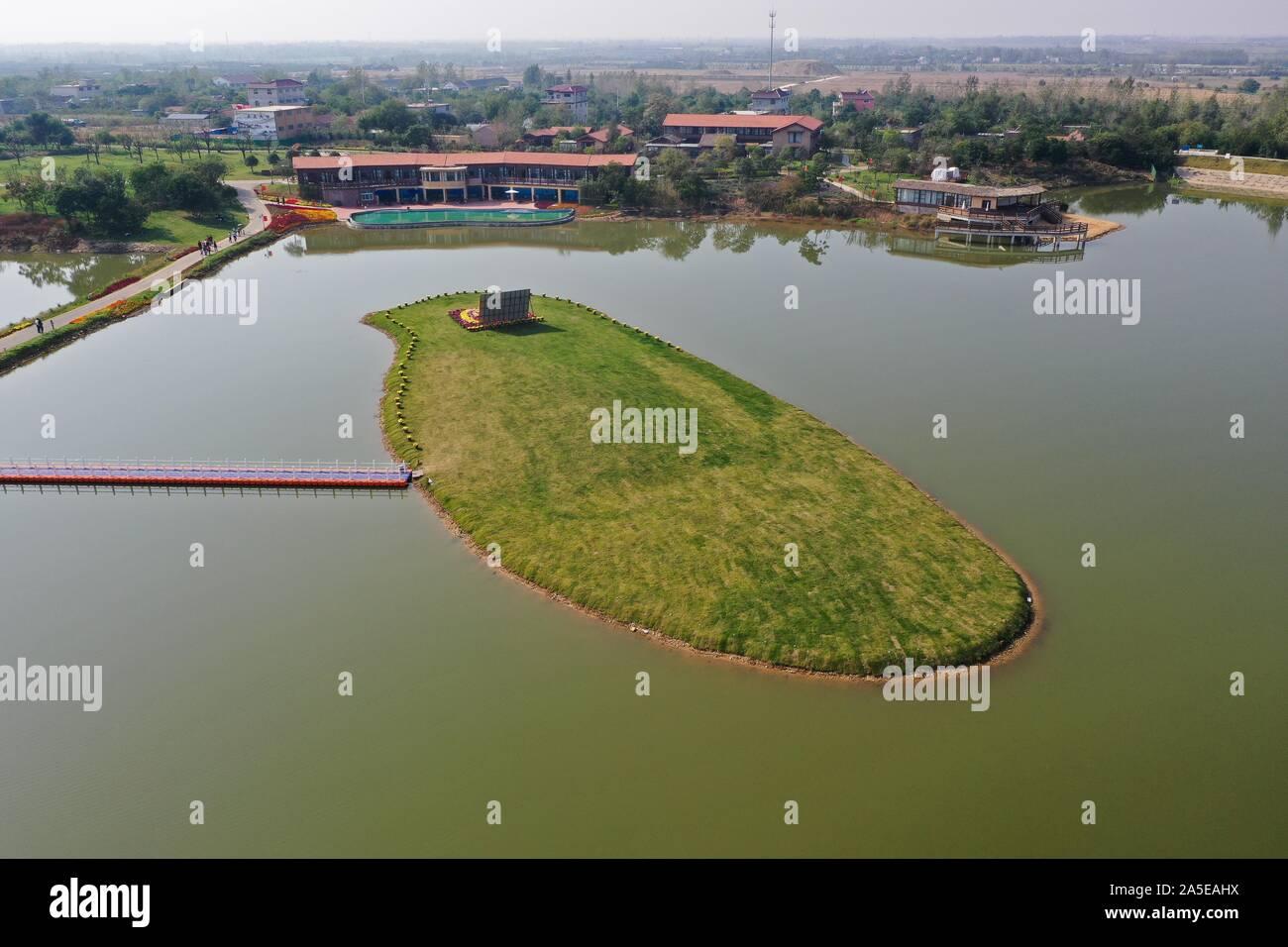 (191020) -- XUZHOU, 20 ott. 2019 (Xinhua) -- Foto aeree prese su Ott. 19, 2019 mostra una vista della famiglia area Songzhuang nel villaggio di Xinyi City, est cinese della provincia di Jiangsu. In questi ultimi anni, Xinyi città ha accelerato gli sforzi sullo sviluppo di homestay economia per promuovere il turismo culturale e la rivitalizzazione delle zone rurali. (Xinhua/Ji Chunpeng) Foto Stock