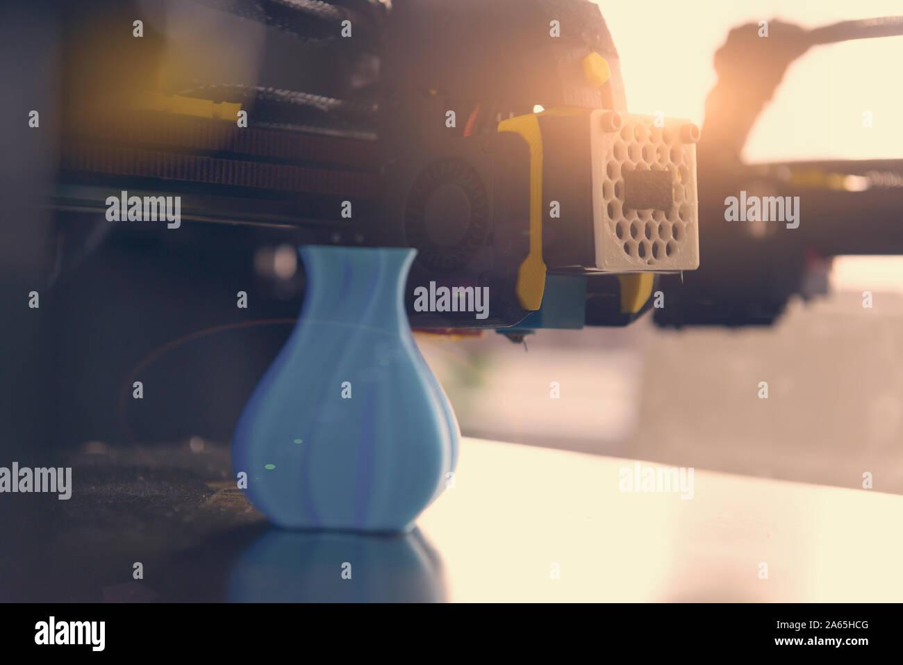 Moderna stampante 3d con stampato tre dimentional modello di vaso. Foto Stock