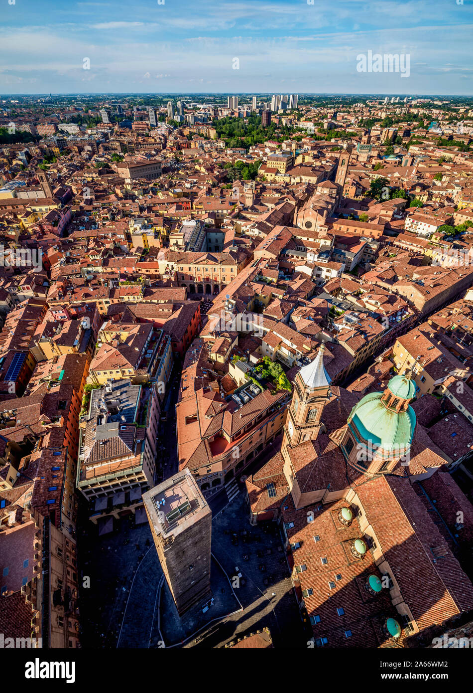 Santi Bartolomeo e Gaetano la Chiesa e la Torre della Garisenda, vista in elevazione, Bologna, Emilia Romagna, Italia Foto Stock