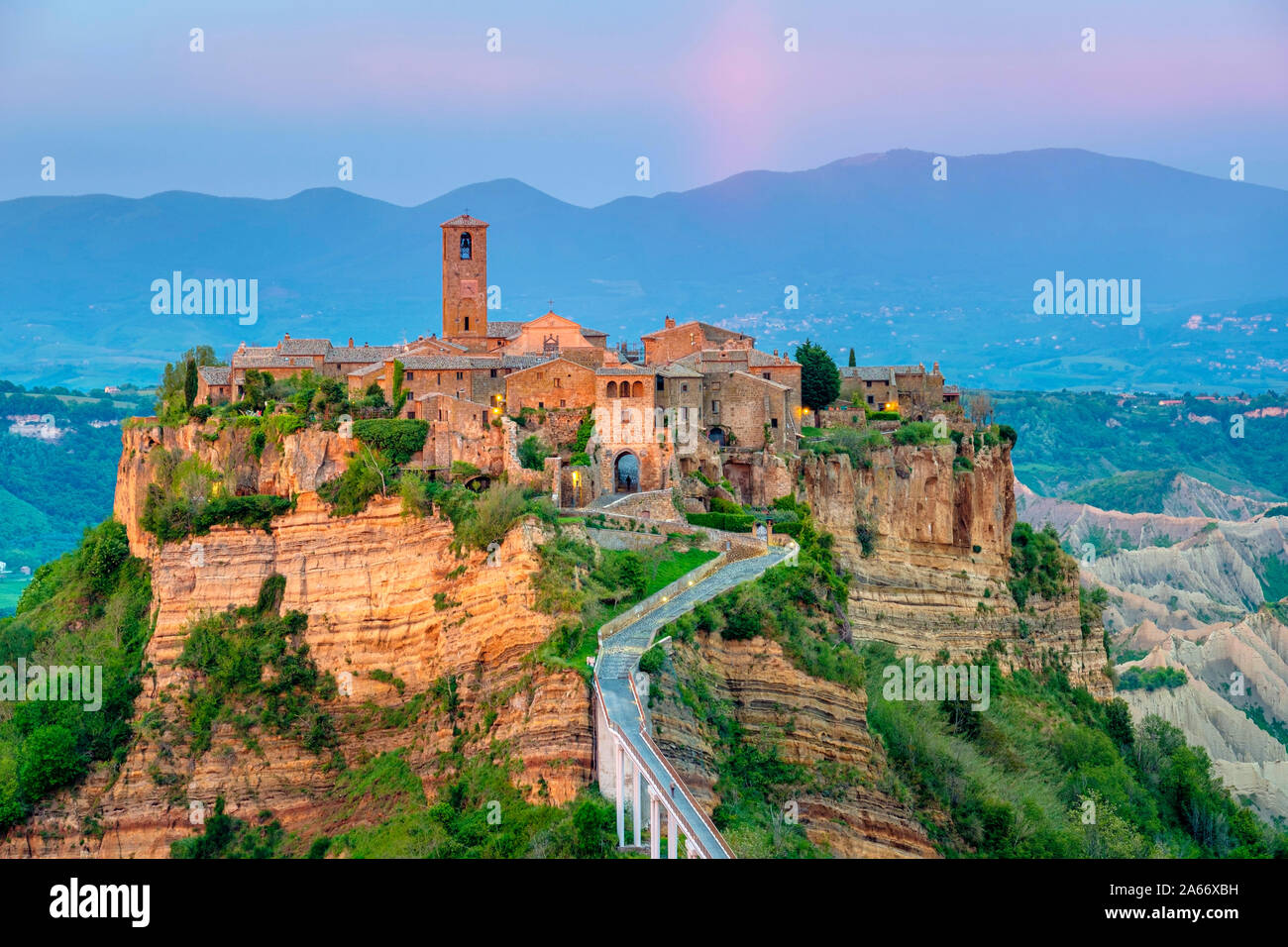 Civita di Bagnoregio al tramonto, Bagnoregio, Lazio, l'Italia, l'Europa. Foto Stock
