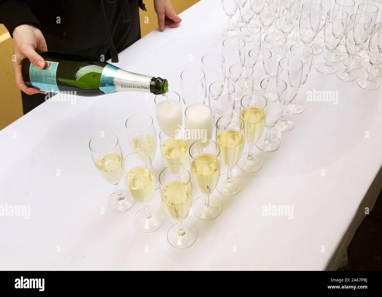 Qualcuno versando il vino spumante in bicchieri.Photo Jeppe Gustafsson Foto Stock