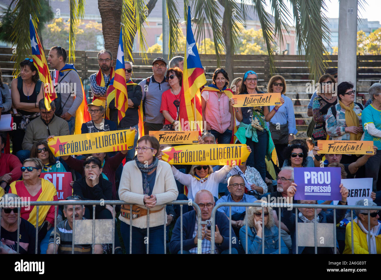 Barcellona Cataluña el dia 26 de Octubre 2019 la asociaciones separatista se manifiesta en Barcelona con el lema libertad políticos presos BCN 2019 Foto Stock