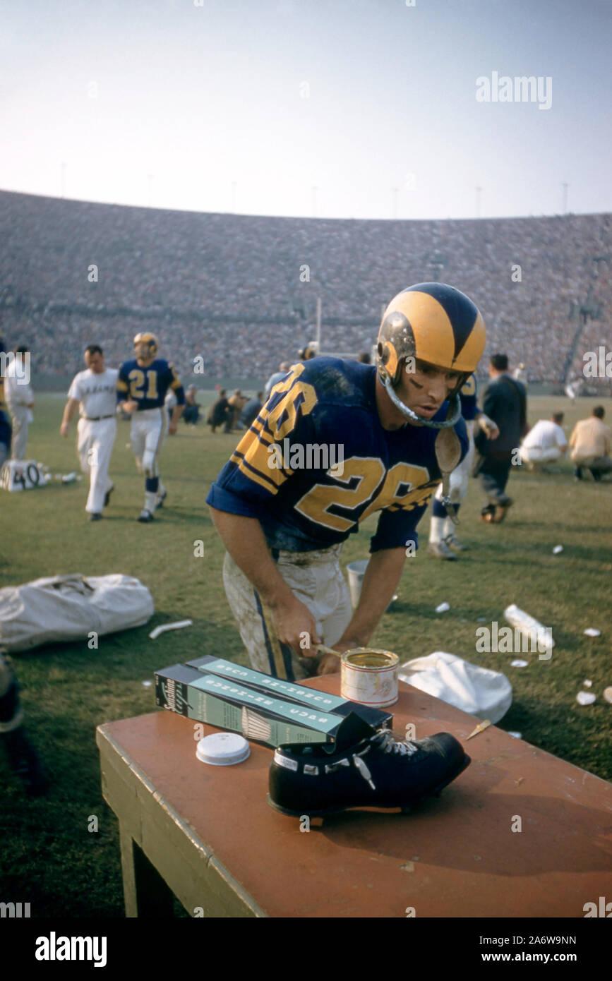 LOS ANGELES, CA - novembre 10: Jon Arnet #26 del Los Angeles Rams si prepara a margine durante un gioco di NFL contro la San Francisco 49ers il 10 novembre 1957 presso il Los Angeles Memorial Coliseum di Los Angeles, California. (Foto di Hy Peskin) Foto Stock