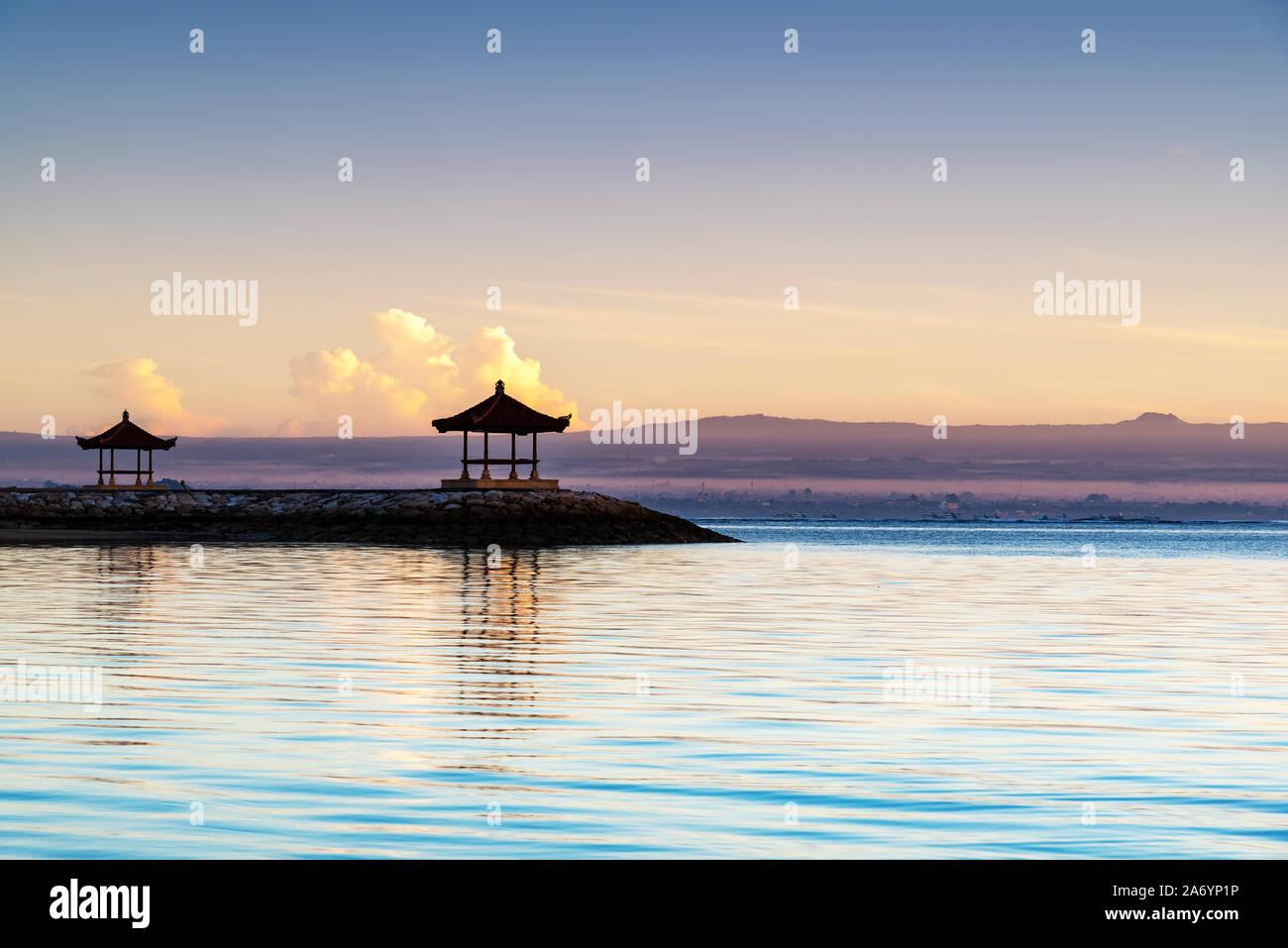 Sunrise a Pantai karang spiaggia di Sanur in Bali Indonesia Foto Stock