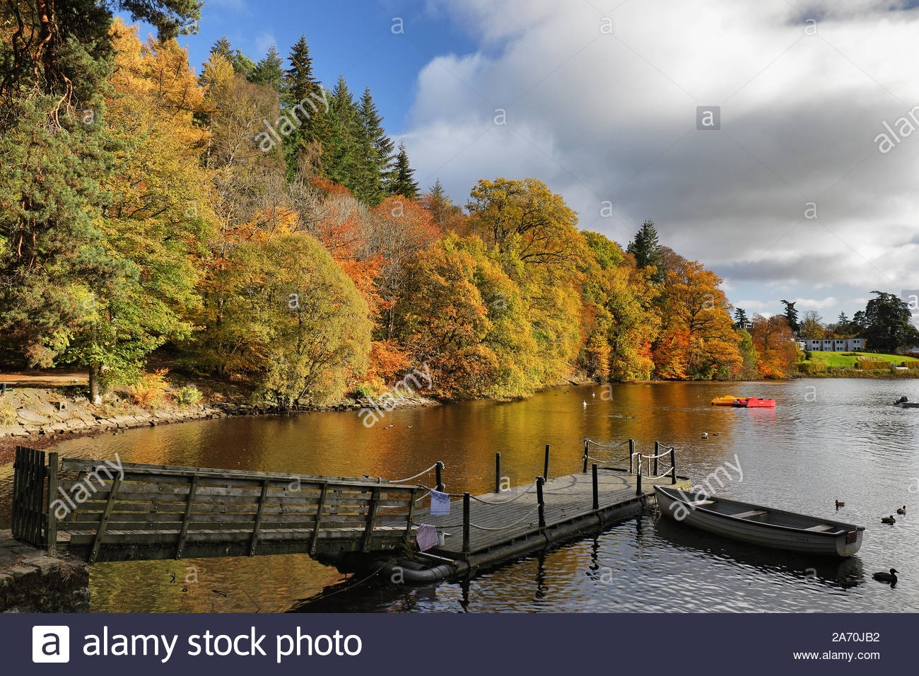 Una soleggiata giornata autunnale da Loch Faskally, Perth and Kinross, Scozia. Foto Stock