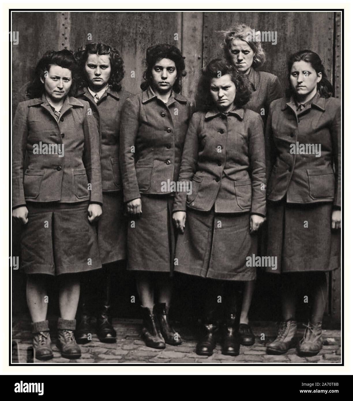 Vintage WW2 Belsen catturato SS naziste femmina guardie camp gruppo in Bergen-Belsen. Infamous brutale campo di concentramento, la scena di molti indescribably Crudeli esperimenti medici e brutali crimini violenti contro l umanità Belsen Germania 1945 Foto Stock