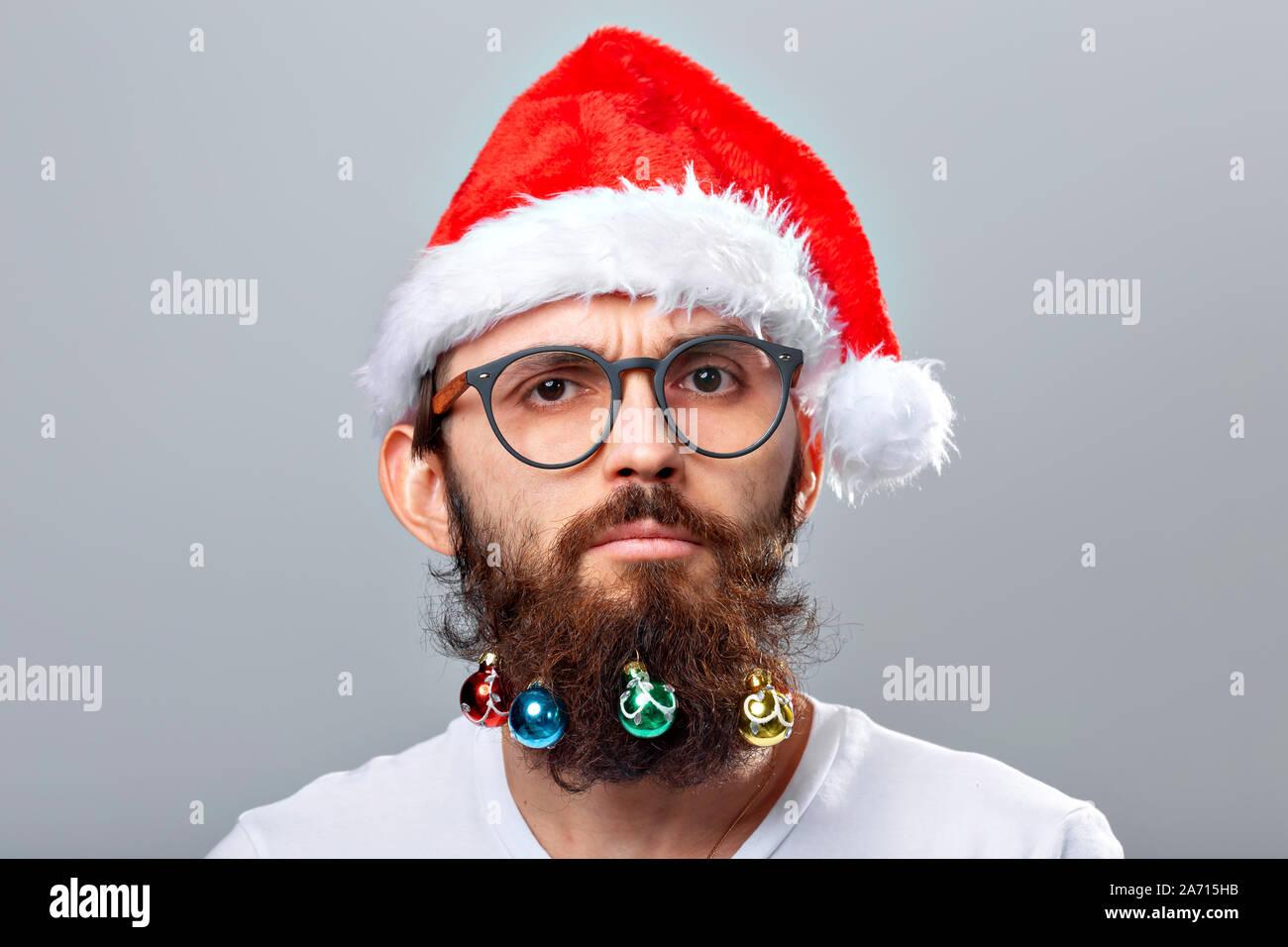 Babbo Natale Uomo Bello.Natale Vacanze Barbiere E Concetto Di Stile Giovane Bello Barbuto Babbo Natale Uomo Con Molti Piccoli Baubles Di Natale In Barba Lunga Foto Stock Alamy