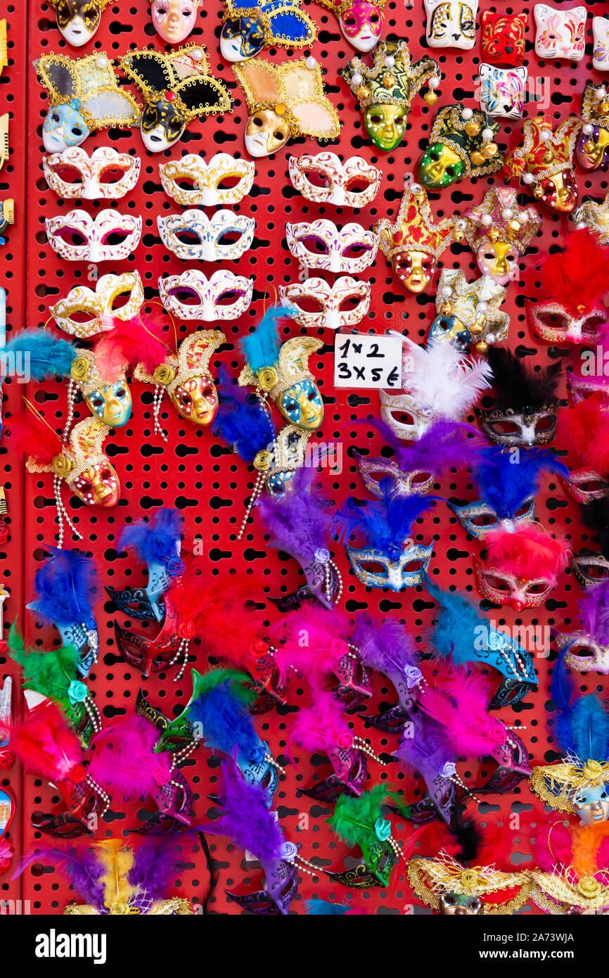 Varietà di decorazioni tradizionali maschere di carnevale nel negozio di souvenir di Venezia Foto Stock