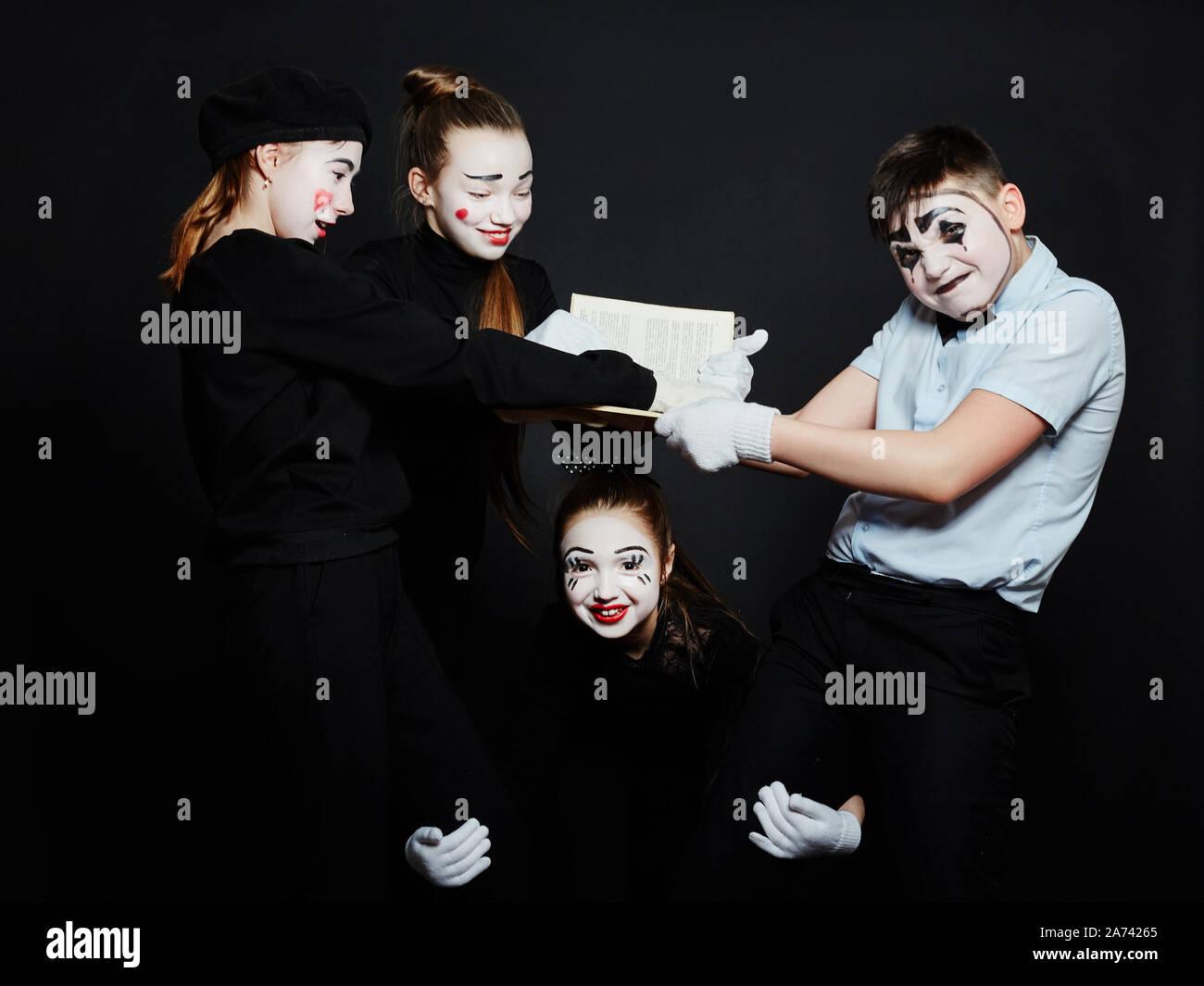 Bambini MIME foto di gruppo, pantomime emozioni diverse sui bambini del viso. Baby clown francese con il trucco bianco sul suo volto. La Russia, Sverdlovsk, 26 Janu Foto Stock