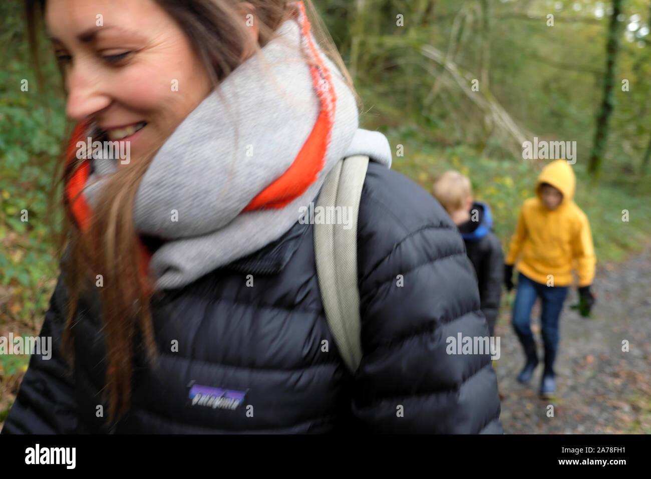 Famiglia bambini passeggiate in campagna a metà termine rottura in autunno in Carmarthenshire Wales UK KATHY DEWITT Foto Stock