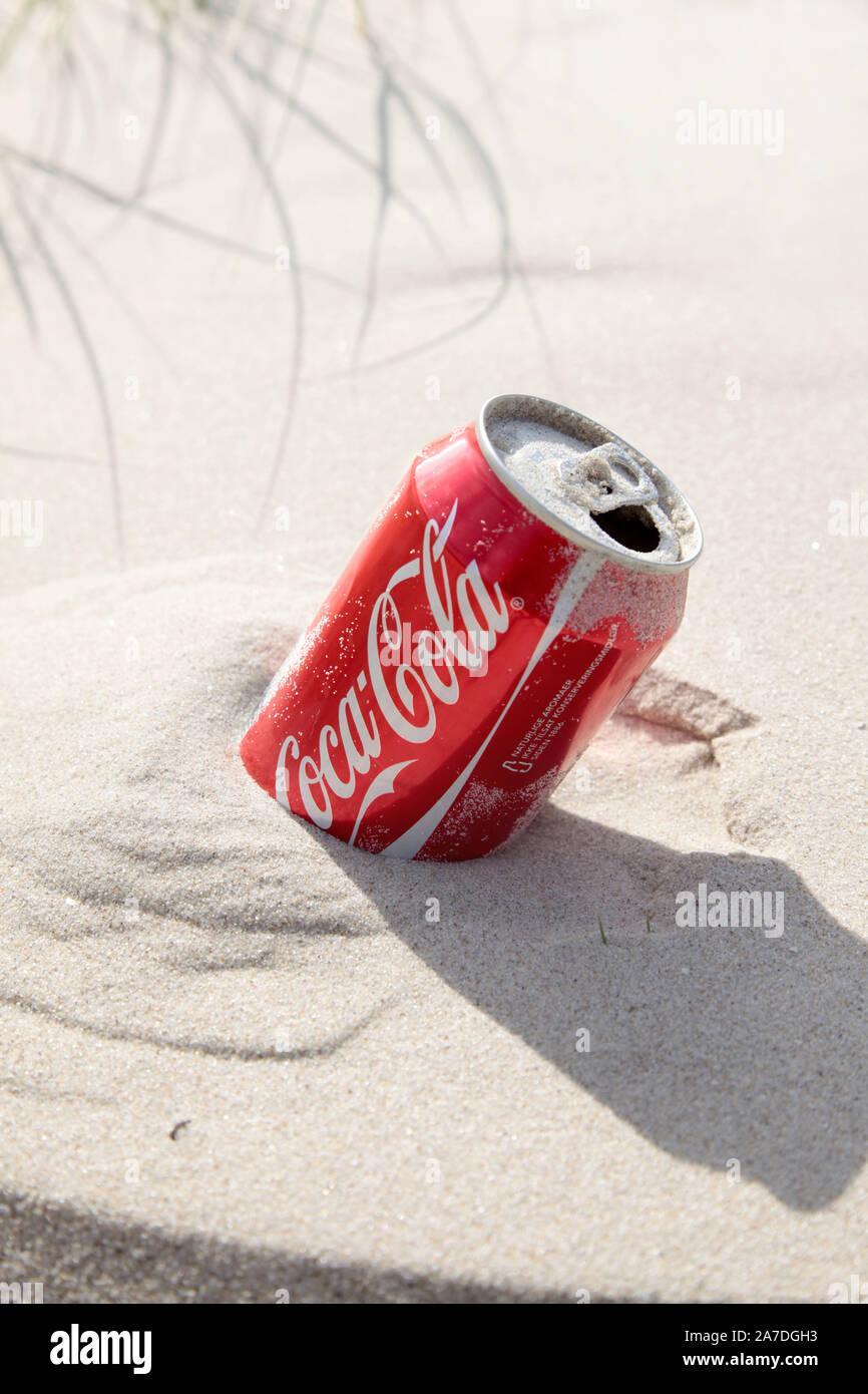 Un barattolo di coca cola nella sabbia. Foto Jeppe Gustafsson Foto Stock