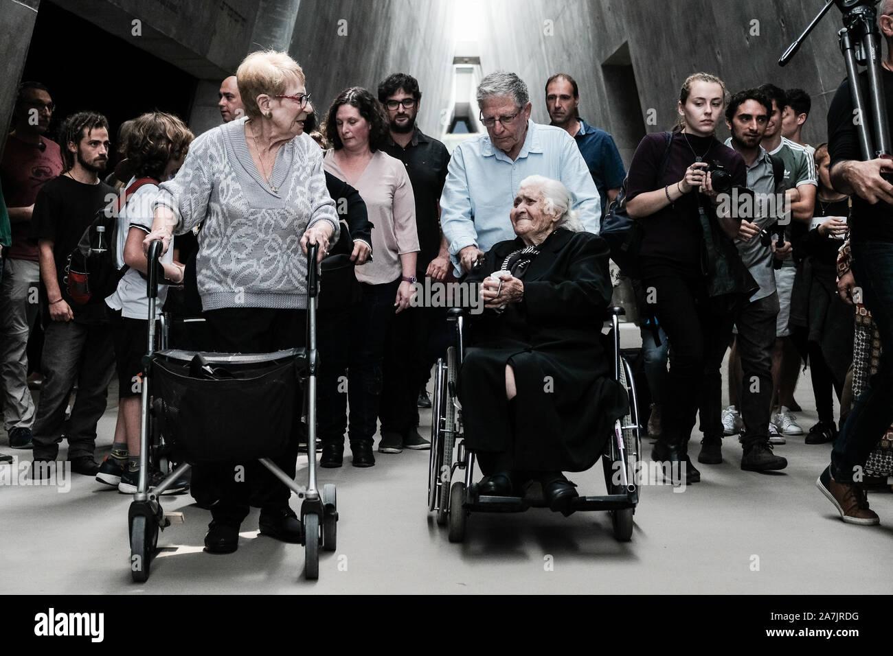 Gerusalemme, Israele. 3 Novembre, 2019. Il greco soccorritore MELPOMENI DINA (R in sedia a rotelle), nee Gianopoulou , 92, ora vive a Salonicco, Grecia, riunisce con SARAH YANAI anteriore (L), nee Mordechai, 86, YOSSI MOR (spingendo sedia a rotelle), precedentemente Mordechai, 77, e 40 dei loro discendenti per la prima volta dalla Seconda Guerra Mondiale. Con l'invasione nazista della Grecia la famiglia Gianopoulou ha preso la famiglia Mordechai nella loro casa in Veria, a ovest di Salonicco, e forniti per loro per oltre due anni, shairng le loro razioni alimentari nonostante il rischio. Credito: Nir Alon/Alamy Live News Foto Stock