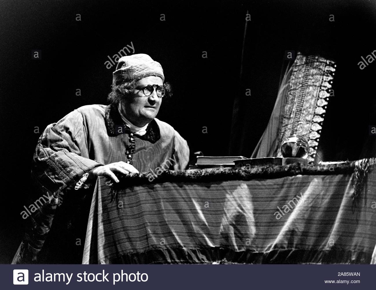 Il Funzionario Recruitting da George Farquhar, diretto da Max Stafford-Clark. Con Jim Broadbent come Sergent kite. Eseguite presso il Royal Court Theeatre 1/8/89 CREDIT Geraint Lewis Foto Stock