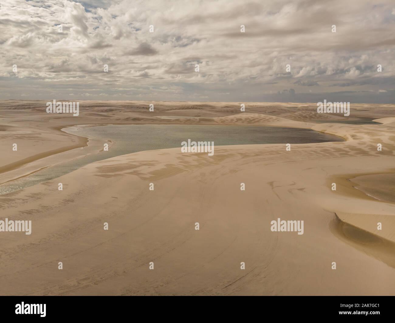 Ripresa aerea delle dune di sabbia e lagune in Brasile, Lencois Maranhenses national park in Maranhao membro.Lago azul Foto Stock