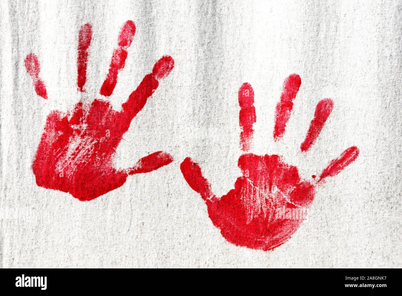 Abdruck von roten Kinderhänden un einer Wand Foto Stock