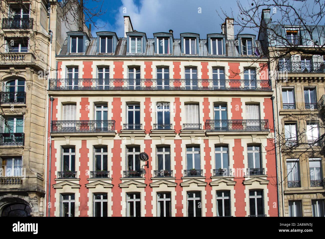 Parigi, facciata rosa, boulevard Richard-Lenoir, tipico edificio in inverno Foto Stock