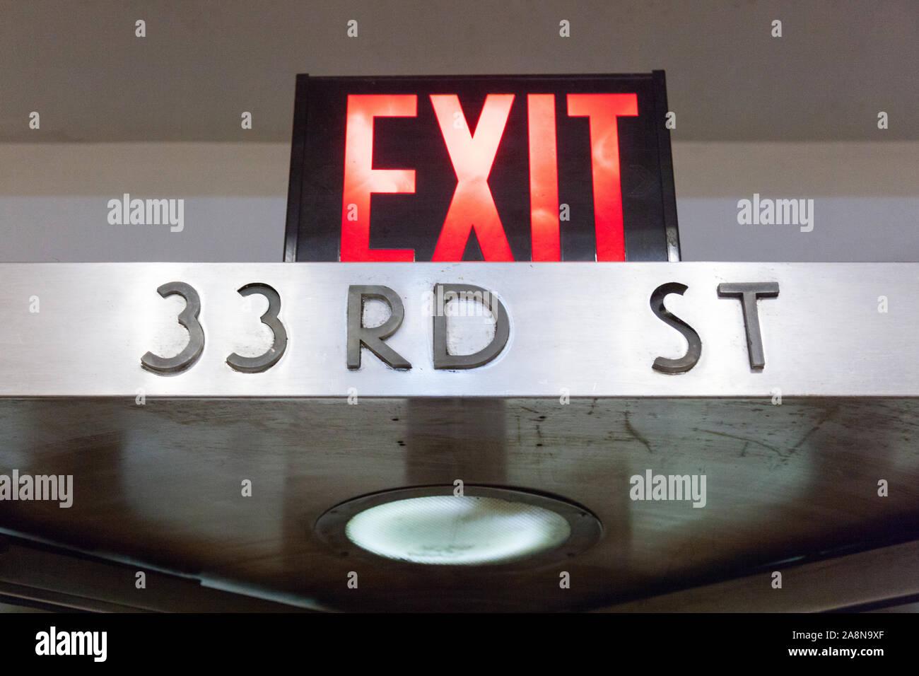 Segnale di uscita sulla 33a Strada, l'Hotel Pennsylvania , 7th Avenue, New York City, Stati Uniti d'America. Foto Stock