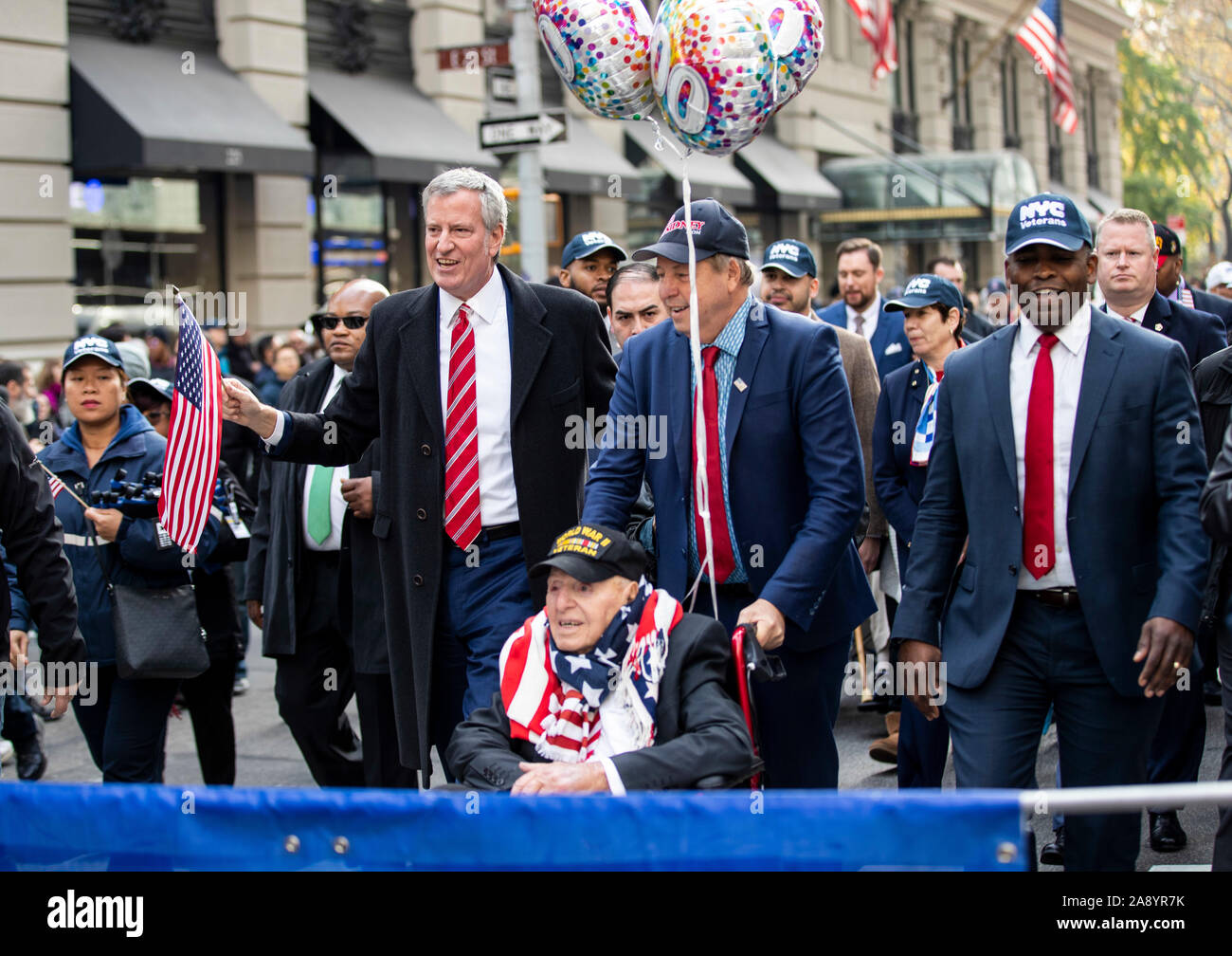 New York, Stati Uniti d'America. Xi Nov, 2019. Il sindaco di New York City Bill de Blasio (L,) anteriore e una guerra mondiale II veterano (C, anteriore) assistere i veterani del giorno Parade di New York, gli Stati Uniti il 9 novembre 11, 2019. La città di New York ha testimoniato il centesimo veterani parata del giorno di lunedì. Credito: Wang Ying/Xinhua/Alamy Live News Foto Stock